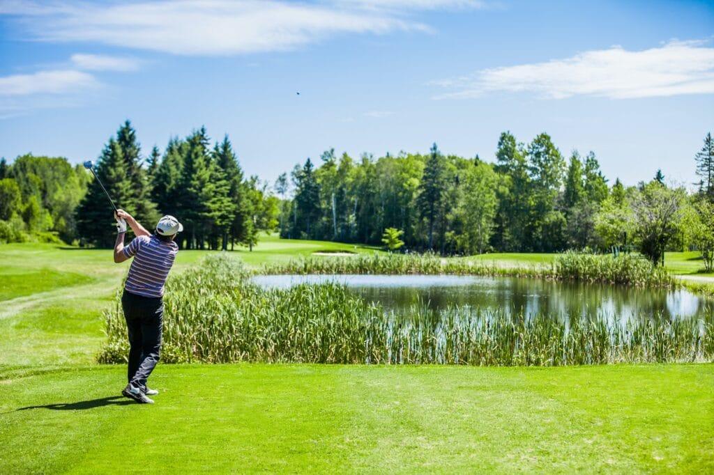 Als Golfanfänger solltest Du schwierige Golfplätze erst einmal nicht spielen