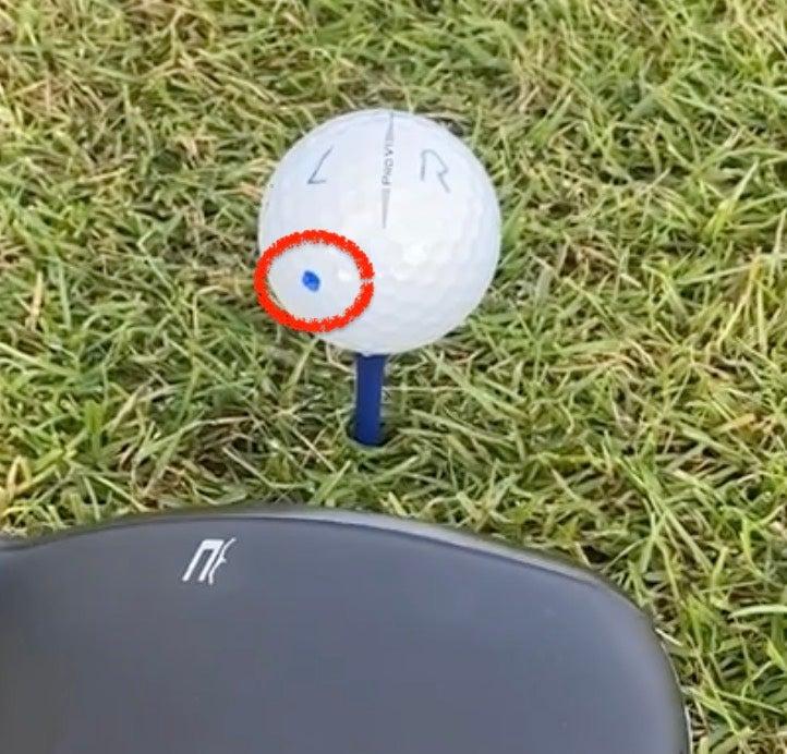 Golfballmarkierung: Nach unten und links zum Abschlag
