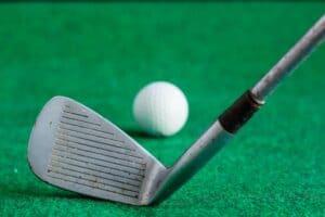 Hier sind 2 tolle Videos die zeigen, warum du die Schlagfläche deiner Golfschläger immer reinigen solltest.
