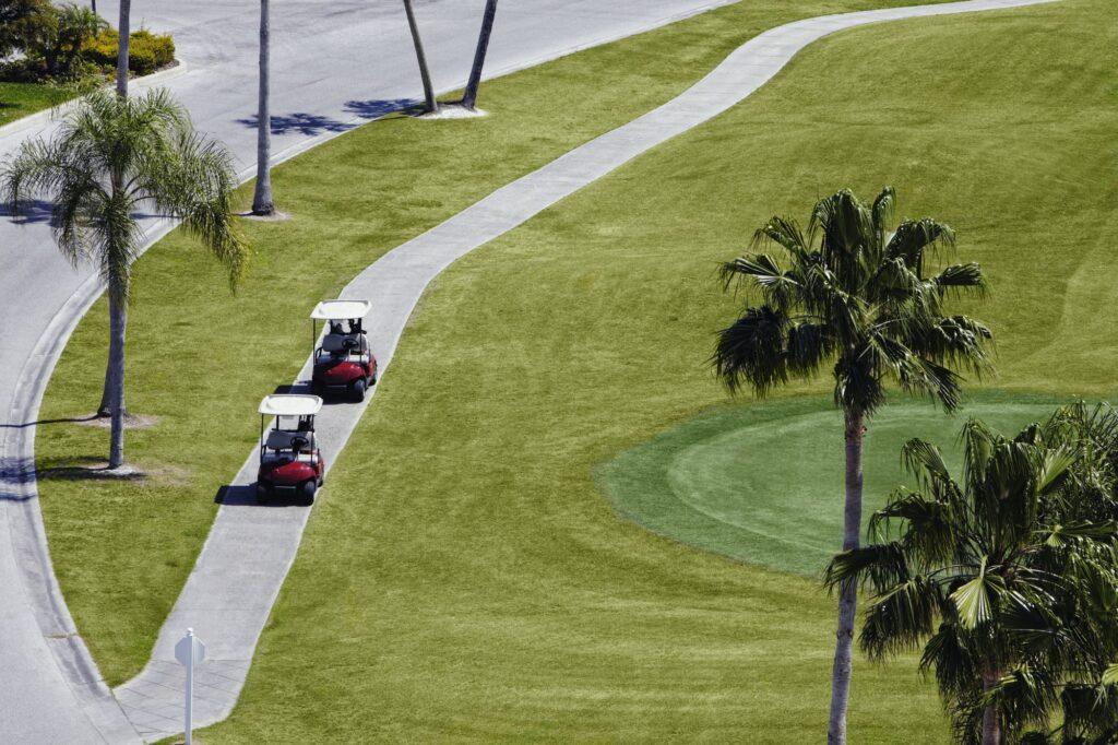 In Europa laufen die meisten Golfer, anstatt mit einem Golf Cart zu fahren